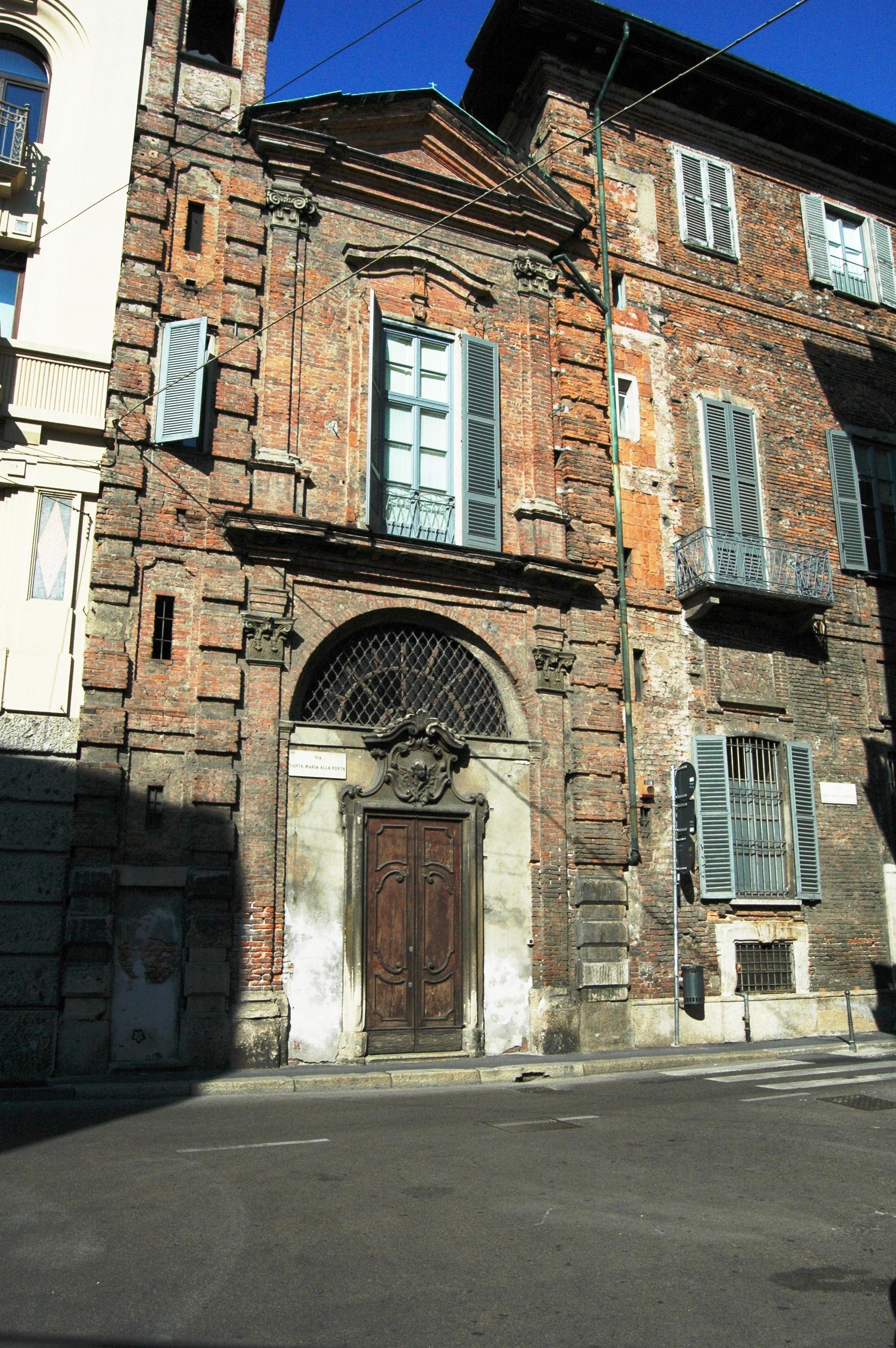 Milano, Via Santa Maria alla Porta e via Santa Maria Fulcorina. In effetti, il decumano della Milano Romana era situato sulle attuali vie Santa Maria alla Porta, Santa Maria Fulcorina, via del Bollo e in direzione Corso di Porta Romana.