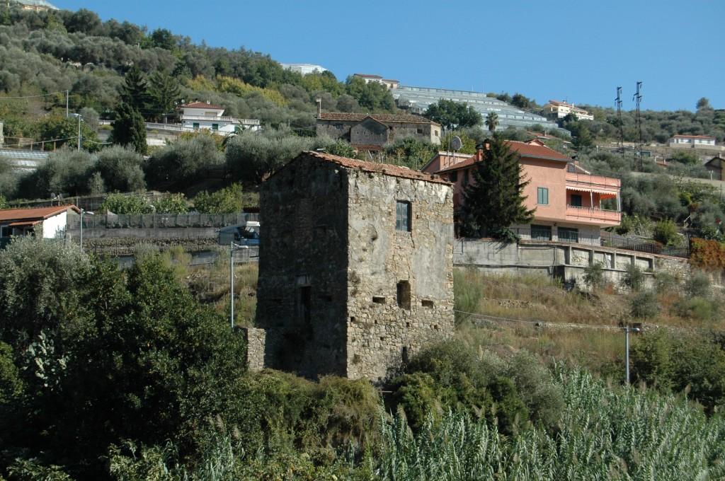 Torre antibarbaresca del XVI secolo in primo piano; dietro, la Chiesa della Madonna delle Grazie e di S. Bernardo (XIV sec.)
