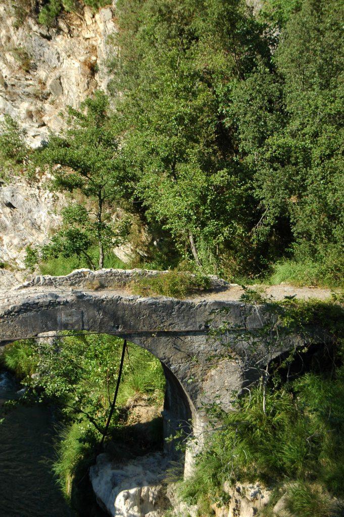 Fanghetto, Frazione di Olivetta San Michele (IM): ponte antico sul fiume Roia